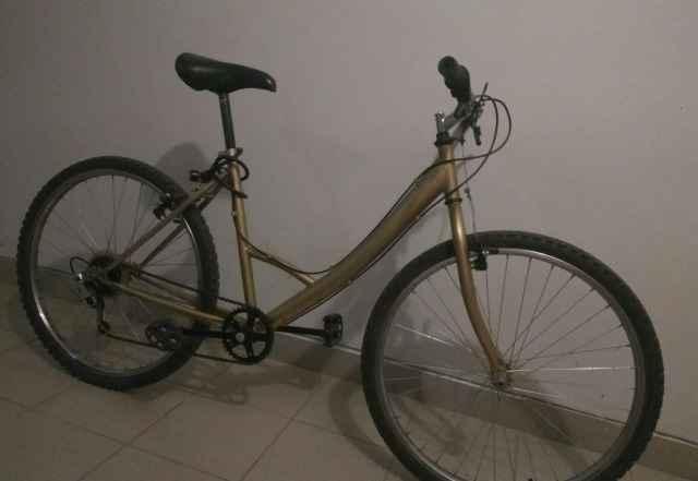 Велосипед золотистого цвета