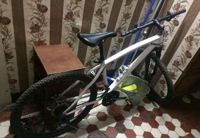 Два велосипеда чёрный и белый