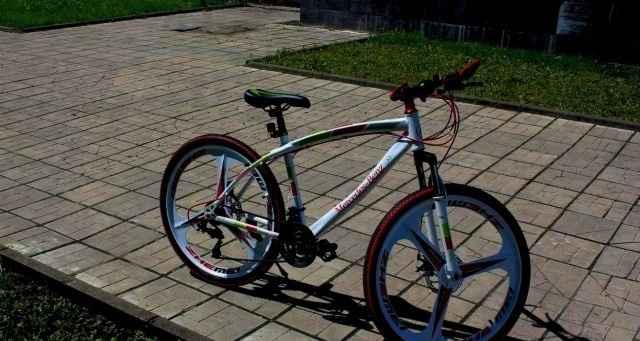 Велосипед на литых дисках Мерседес белый 3 луча
