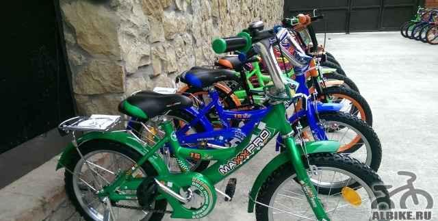Яркий двухколесный велосипед