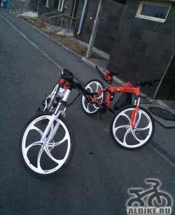 Велосипед марки Ланд Ровер красный