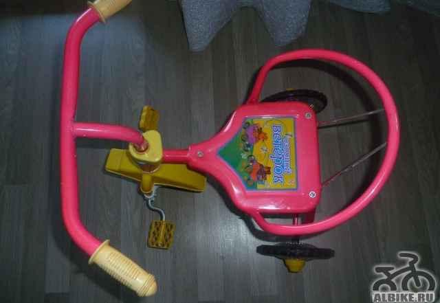 Велосипед ярко розового цвета
