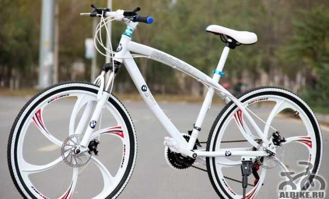 Велосипед на литых дисках, белый